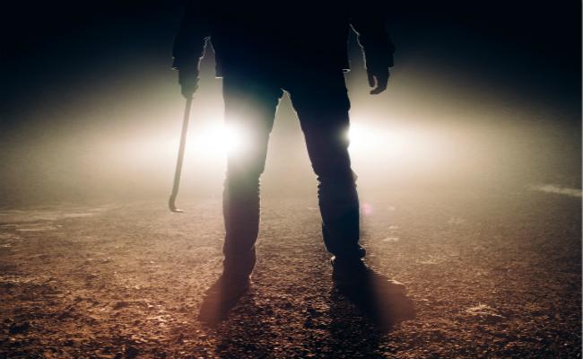 Ein Einbrecher im Sichtfeld der Überwachungskamera