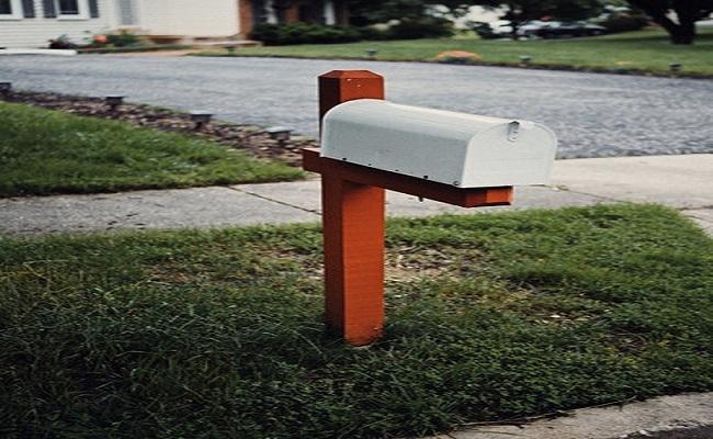 Zettel in den Briefkasten werfen